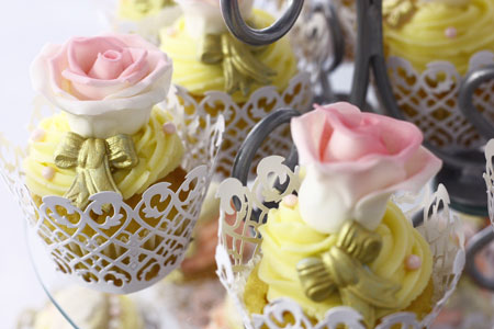 Course Image Icing Flowers for Easter Cake Decorating